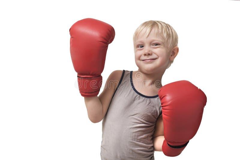 Καλό ξανθό αγόρι στα κόκκινα εγκιβωτίζοντας γάντια Αθλητική έννοια απομονώστε στοκ εικόνα με δικαίωμα ελεύθερης χρήσης