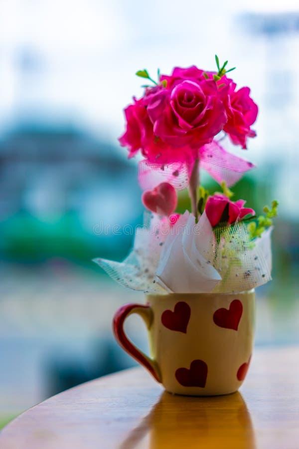 Καλό ρόδινο άνθος λουλουδιών στην κούπα στοκ φωτογραφίες με δικαίωμα ελεύθερης χρήσης