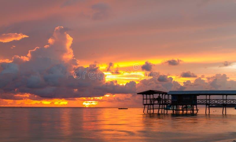 Καλύβα και ηλιοβασίλεμα στοκ φωτογραφία με δικαίωμα ελεύθερης χρήσης