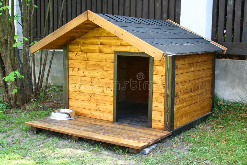 Καλύβα σκυλιών στον κήπο στοκ φωτογραφία με δικαίωμα ελεύθερης χρήσης