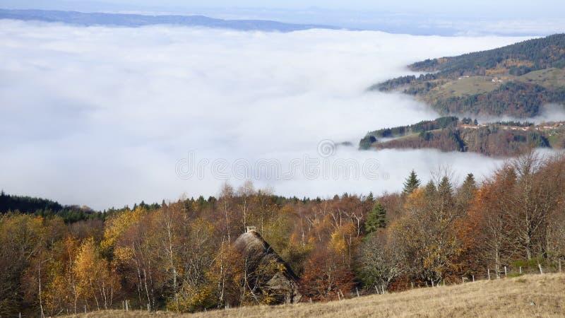 Καλύβα του κατασκευαστή τυριών επάνω από τα σύννεφα στο συνταγματάρχη des supeyres, auvergne, Γαλλία στοκ εικόνες