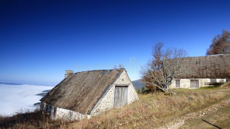 Καλύβα του κατασκευαστή τυριών επάνω από τα σύννεφα στο συνταγματάρχη des supeyres, auvergne, Γαλλία στοκ φωτογραφίες