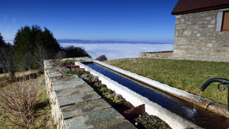Καλύβα του κατασκευαστή τυριών επάνω από τα σύννεφα στο συνταγματάρχη des supeyres, auvergne, Γαλλία στοκ φωτογραφίες με δικαίωμα ελεύθερης χρήσης