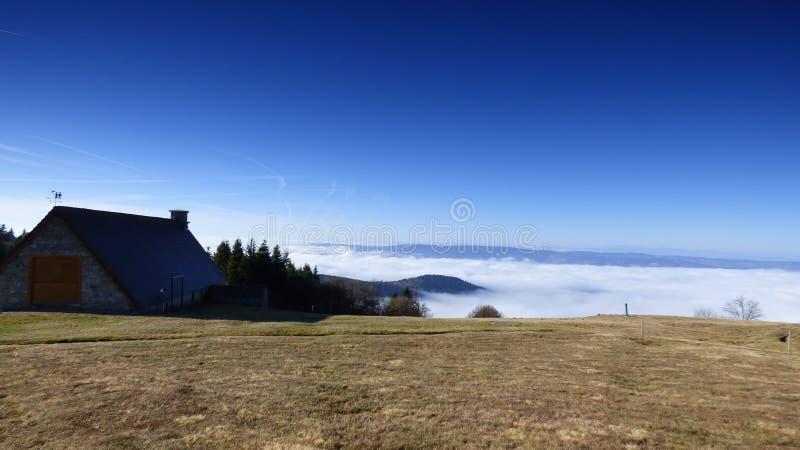 Καλύβα του κατασκευαστή τυριών επάνω από τα σύννεφα στο συνταγματάρχη des supeyres, auvergne, Γαλλία στοκ εικόνα με δικαίωμα ελεύθερης χρήσης
