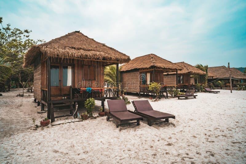 Καλύβες για τη διαβίωση στην άσπρη άμμο στην παραλία Koh Rong Samloem, Saracen κόλπος νησιών r στοκ εικόνες