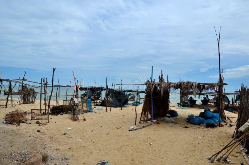 Καλύβες φύλλων φοινικών ξύλου και μπαμπού από την παραλία στο ψαροχώρι Pattani Ταϊλάνδη στοκ εικόνες
