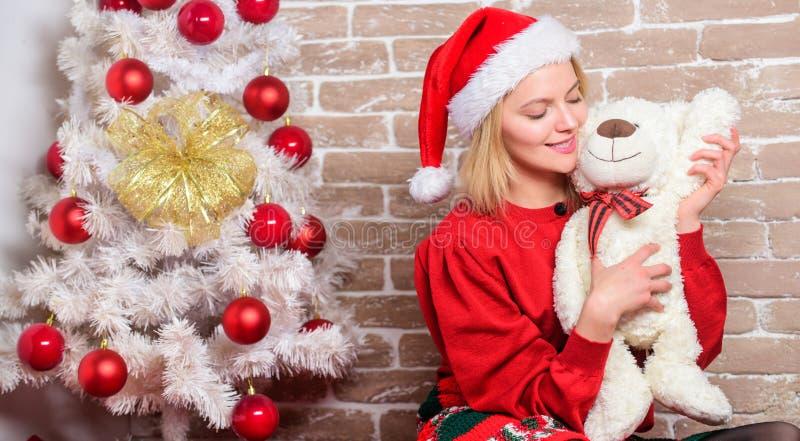 καλύτερα πάντα δώρο Το κορίτσι ευτυχές γιορτάζει τα νέα Χριστούγεννα έτους Λάβετε teddy αντέχει ως δώρο Επιθυμία εσείς Χαρούμενα  στοκ εικόνες με δικαίωμα ελεύθερης χρήσης