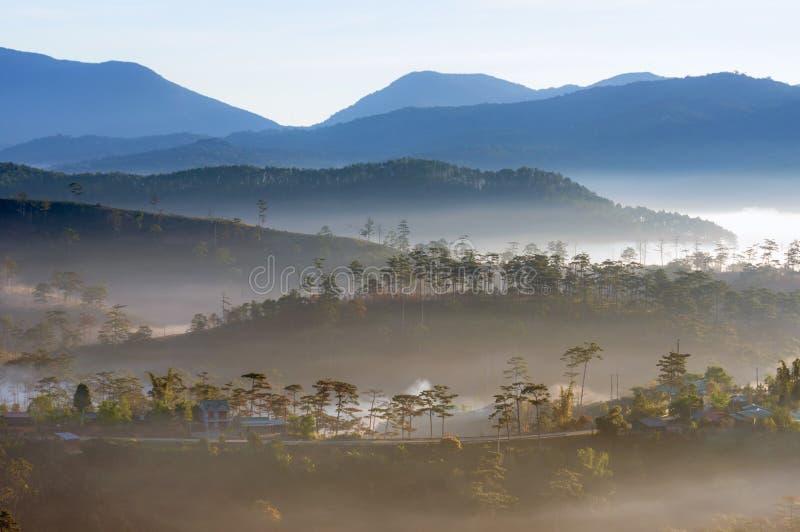 Καλύτερες πανόραμα και εικόνα του τοπίου στο μικρό χωριό στην κοιλάδα στο μέρος 4 ανατολής στοκ εικόνα με δικαίωμα ελεύθερης χρήσης