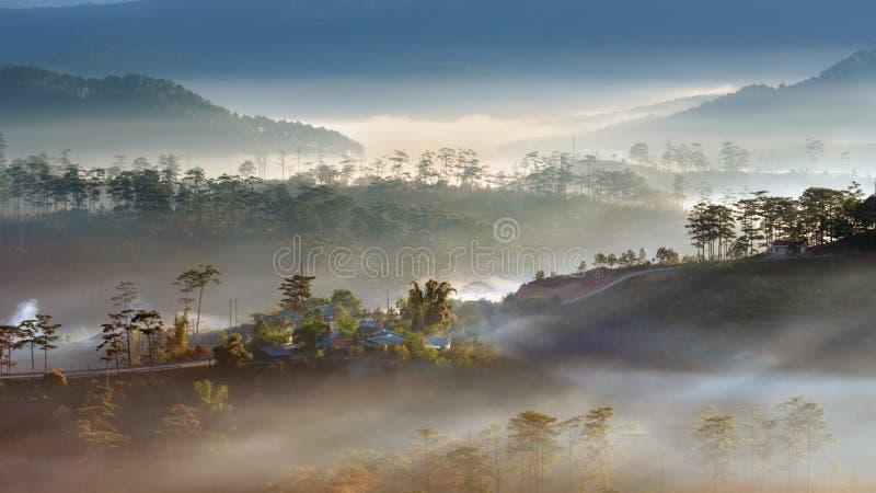 Καλύτερες πανόραμα και εικόνα του τοπίου στο μικρό χωριό στην κοιλάδα στο μέρος 5 ανατολής στοκ φωτογραφία με δικαίωμα ελεύθερης χρήσης