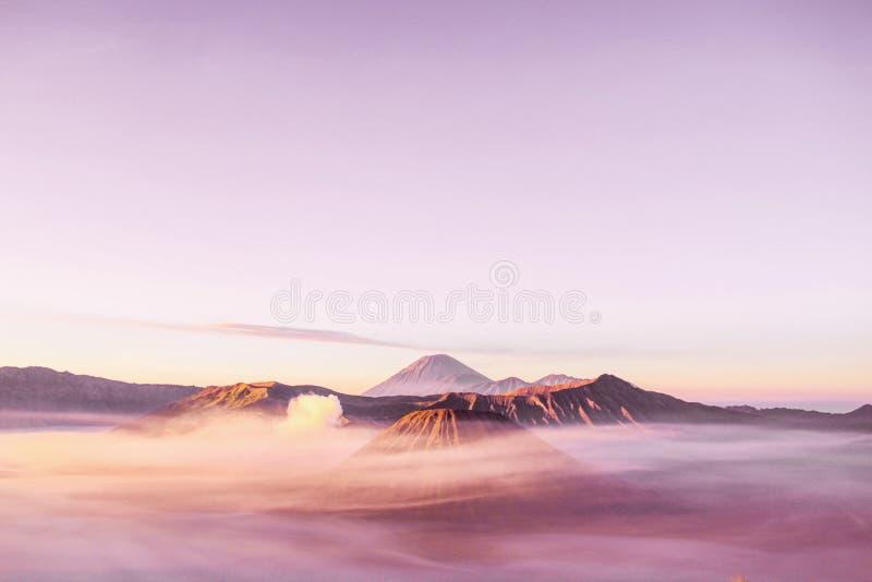 Καλύτερη ανατολή στο χρώμα κρητιδογραφιών της Ινδονησίας πάρκων Bromo Tengger Semeru υποστηριγμάτων στοκ εικόνα