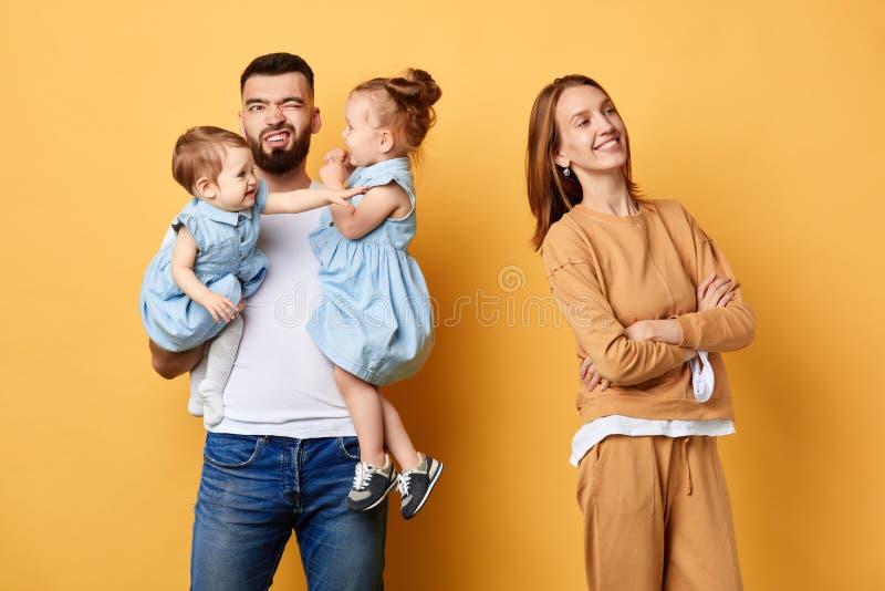 Καλύτερη βοήθεια από το σύζυγο, ημέρα της αξέχαστης μητέρας στοκ φωτογραφίες