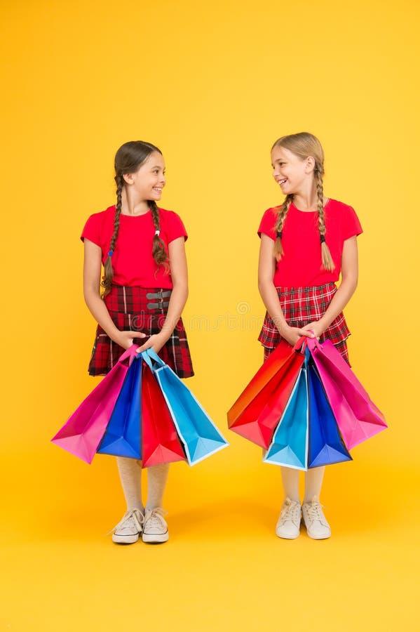 Καλύτερη ημέρα πάντα Αγορές με το φίλο Τα παιδιά κρατούν τις συσκευασίες Κορίτσια με τις τσάντες αγορών Ανακαλύψτε πάλι τις μεγάλ στοκ εικόνες