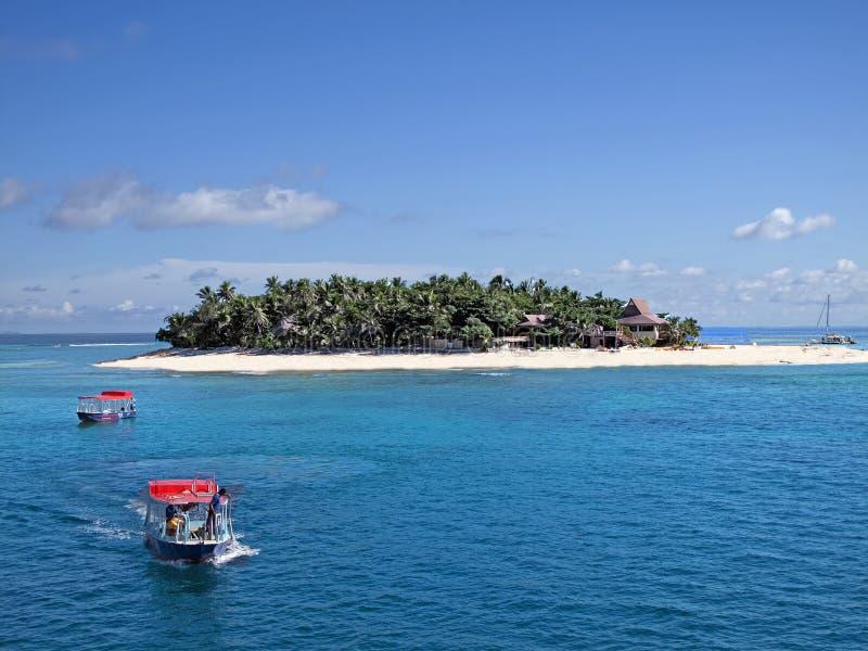 Καλύτερη φωτογραφία παραλιών νησιών των Φίτζι Νησί με το δάσος και εξοχικό σπίτι, φυσικό πανόραμα με τις βάρκες με τις κόκκινες σ στοκ φωτογραφία με δικαίωμα ελεύθερης χρήσης