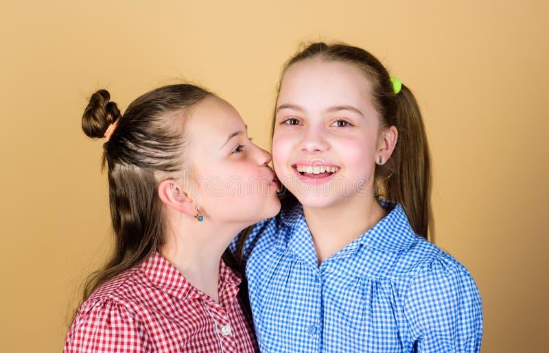 Καλύτεροι φίλοι για πάντα E Αδελφές κοριτσιών που έχουν τη διασκέδαση από κοινού Λατρευτές αδελφές που χαμογελούν τα πρόσωπα r στοκ εικόνα