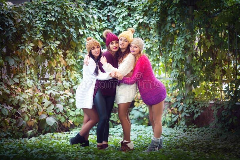 Καλύτεροι φίλοι γυναικών που χαμογελούν και που περπατούν στη φύση Υπαίθρια πορτρέτο μόδας τρόπου ζωής Θετικές συγκινήσεις στοκ φωτογραφία με δικαίωμα ελεύθερης χρήσης