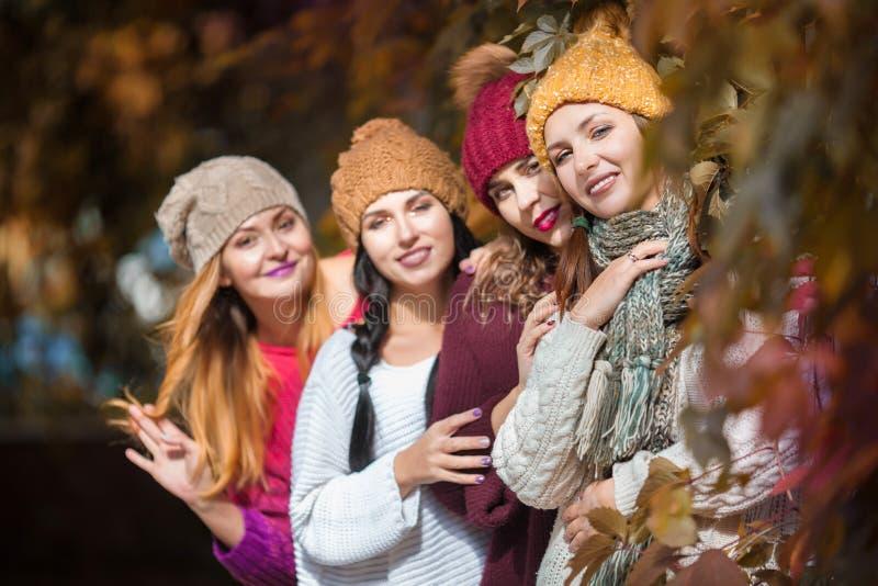 Καλύτεροι φίλοι γυναικών που χαμογελούν και που περπατούν στη φύση Υπαίθρια πορτρέτο μόδας τρόπου ζωής Θετικές συγκινήσεις στοκ εικόνες με δικαίωμα ελεύθερης χρήσης