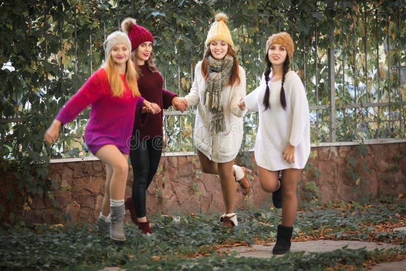 Καλύτεροι φίλοι γυναικών που χαμογελούν και που περπατούν στη φύση Υπαίθρια πορτρέτο μόδας τρόπου ζωής Θετικές συγκινήσεις στοκ εικόνες
