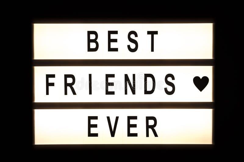 Καλύτεροι φίλοι που κρεμούν πάντα το ελαφρύ κιβώτιο στοκ φωτογραφία με δικαίωμα ελεύθερης χρήσης