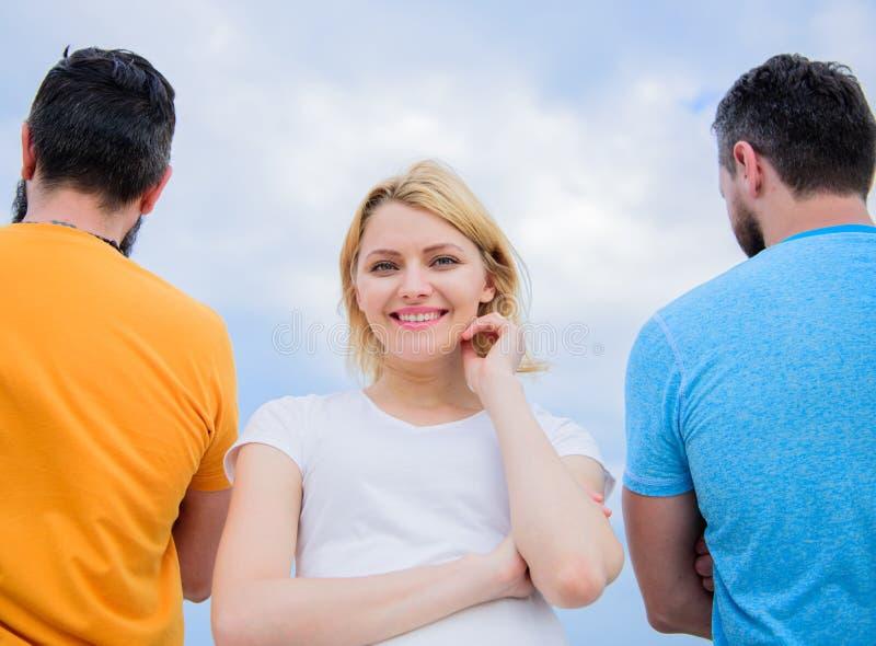 Καλύτερος φίλος επιλογών Στάση κοριτσιών σε μπροστινά δύο απρόσωπα άτομα Σκληρή απόφαση για την Καλύτερος μεγάλος φίλος γνωρισμάτ στοκ φωτογραφία με δικαίωμα ελεύθερης χρήσης