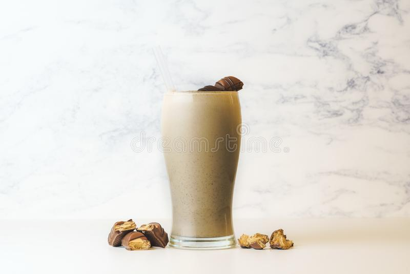 Καλύτερο Bueno Milkshake στο ψηλό διαφανές γυαλί r στοκ φωτογραφίες