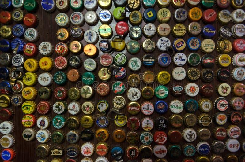 Καλύψεις για τα δοχεία μπύρας από τις διαφορετικές θέσεις στοκ φωτογραφία με δικαίωμα ελεύθερης χρήσης