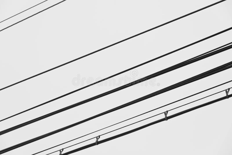 Καλώδια γραμμών ηλεκτρικής δύναμης στον αέρα στο φυσικό άσπρο υπόβαθρο στοκ εικόνες