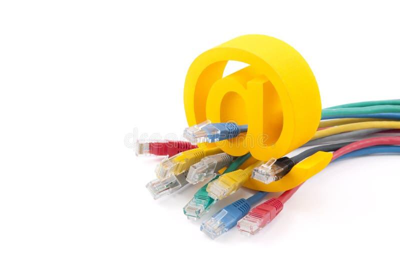 Καλώδια δικτύων υπολογιστών και σύμβολο ηλεκτρονικού ταχυδρομείου στοκ φωτογραφία με δικαίωμα ελεύθερης χρήσης