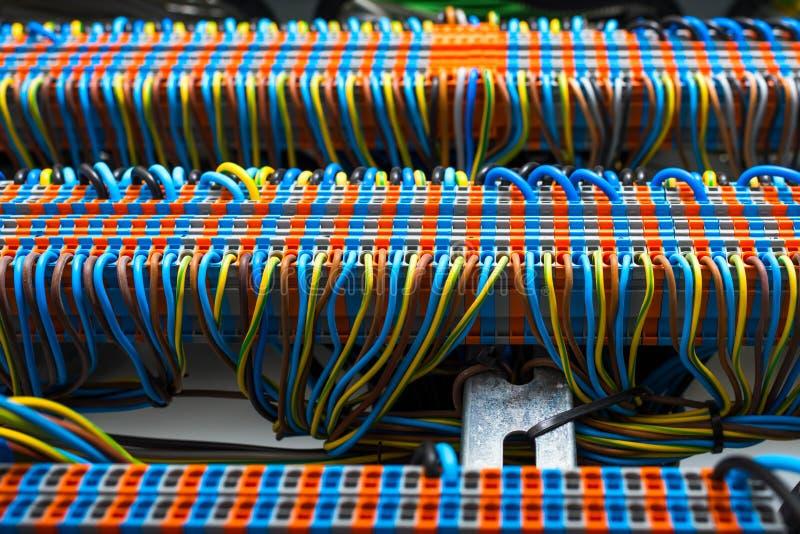 Καλώδια στην ηλεκτρική επιτροπή στοκ φωτογραφίες