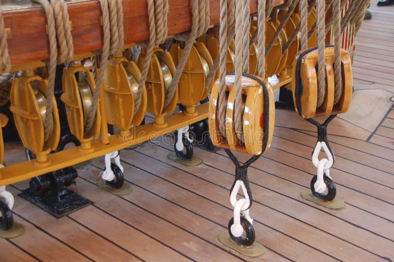 Καλώδια σχοινιών και τροχαλίες ενός σκάφους στοκ εικόνες