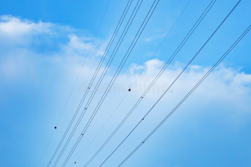 Καλώδιο με το μπλε ουρανό και τα σύννεφα στοκ εικόνες