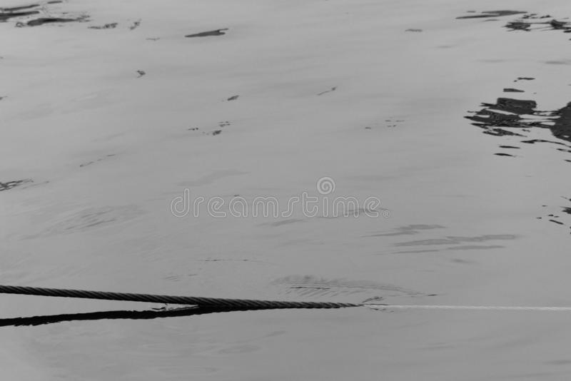 Καλώδιο που βγαίνει από το νερό στοκ φωτογραφία