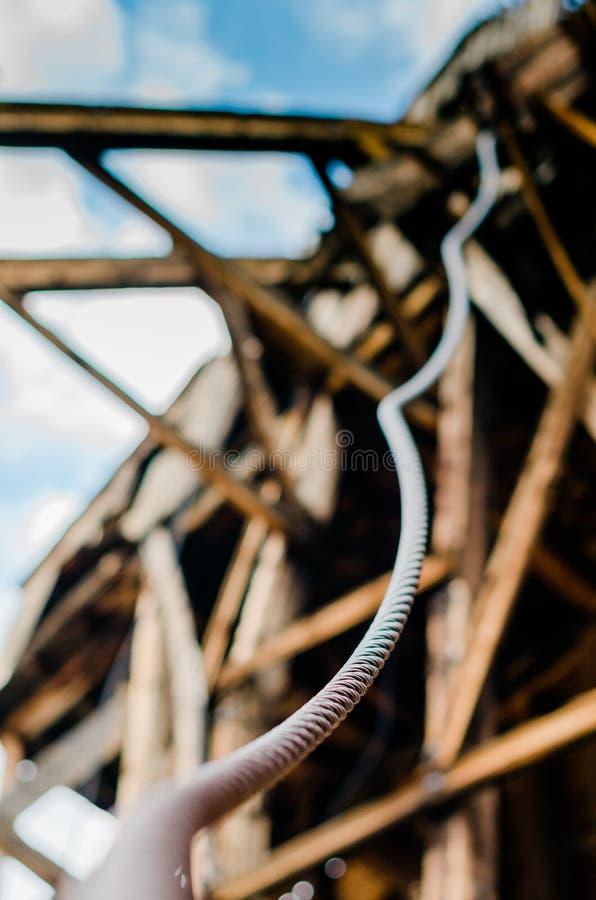 Καλώδιο χάλυβα που στροβιλίζεται κάτω από το ιστορικό ορυχείο στοκ φωτογραφίες με δικαίωμα ελεύθερης χρήσης