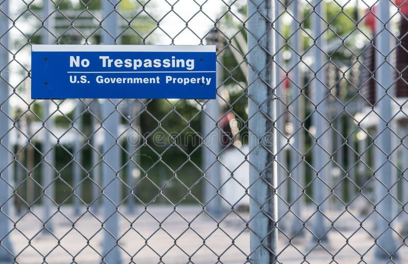 Καμία ιδιοκτησία αμερικανικής κυβέρνησης σημαδιών Tresspassing στοκ φωτογραφία με δικαίωμα ελεύθερης χρήσης