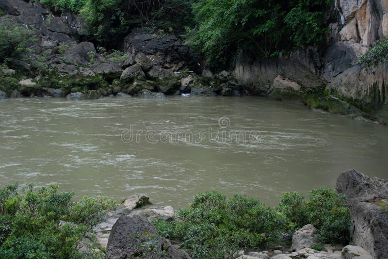 Καμία ροή του νερού μέσω της γέφυρας, αλλά ο ποταμός δεν είναι προς τα κάτω στοκ φωτογραφίες