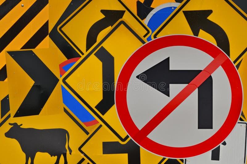 Καμία στροφή που αφήνεται δεν απαγορεύει το σημάδι στο άσπρο πάτωμα και το κόκκινο πλαίσιο στοκ φωτογραφία με δικαίωμα ελεύθερης χρήσης