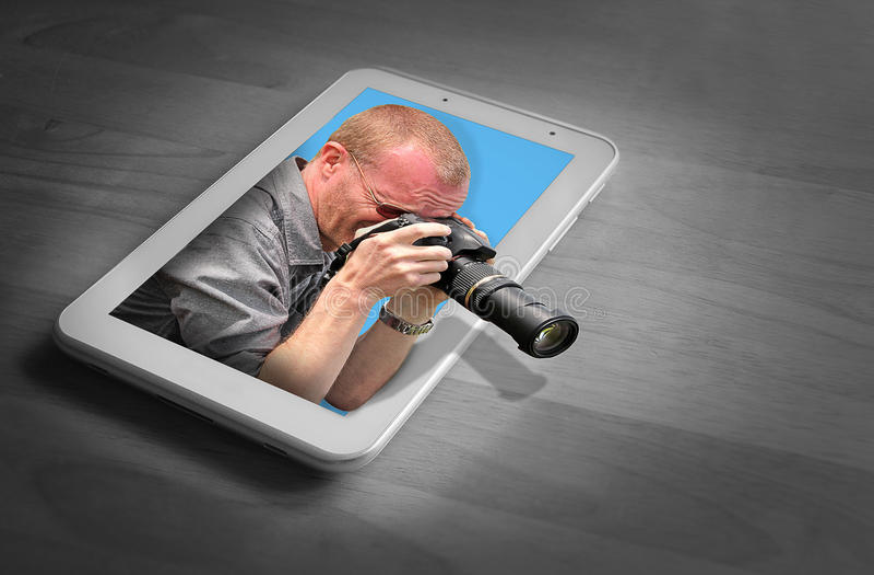 Καμεραμάν στη συσκευή ταμπλετών στοκ φωτογραφίες