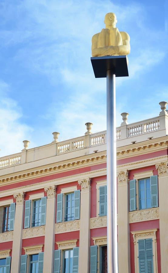 Καμμένος λαμπτήρες αγαλμάτων με το υπόβαθρο παραθύρων στην πλατεία Massena στο υπόστεγο της Νίκαιας d'Azur, Γαλλία στοκ εικόνες
