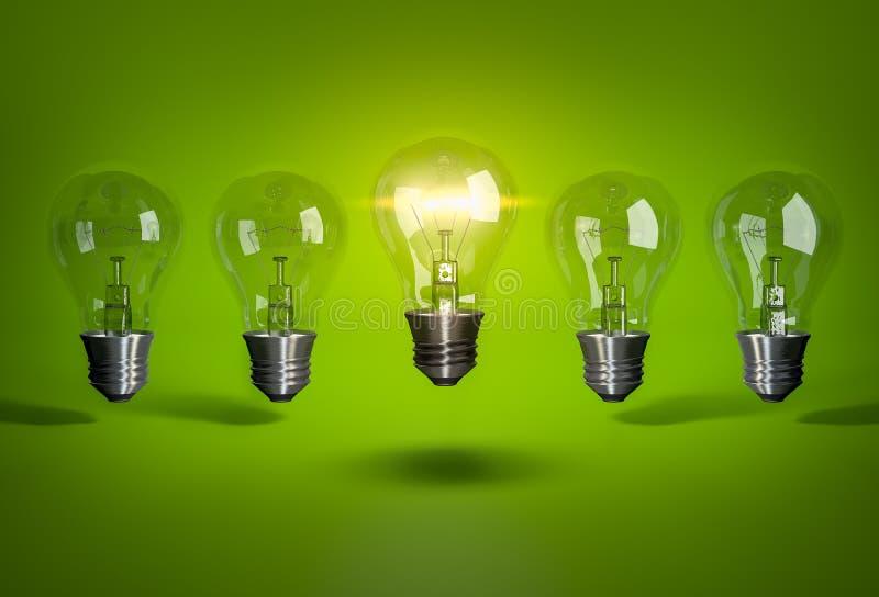 Καμμένος βολβός στη σειρά της λάμπας φωτός στο πράσινο υπόβαθρο στοκ εικόνα με δικαίωμα ελεύθερης χρήσης