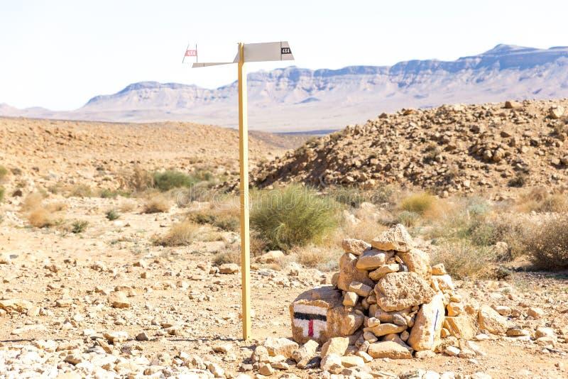 Καμμένος βράχοι παπιών ιχνών ερήμων σημαδιών πόλων κατεύθυνσης στοκ φωτογραφίες