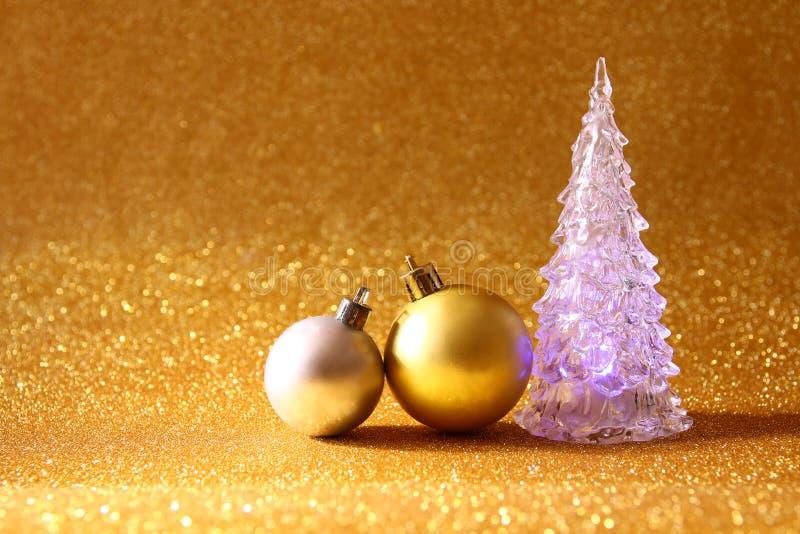 Καμμένος εορταστικές διακοσμήσεις δέντρων και σφαιρών Χριστουγέννων στοκ φωτογραφία με δικαίωμα ελεύθερης χρήσης