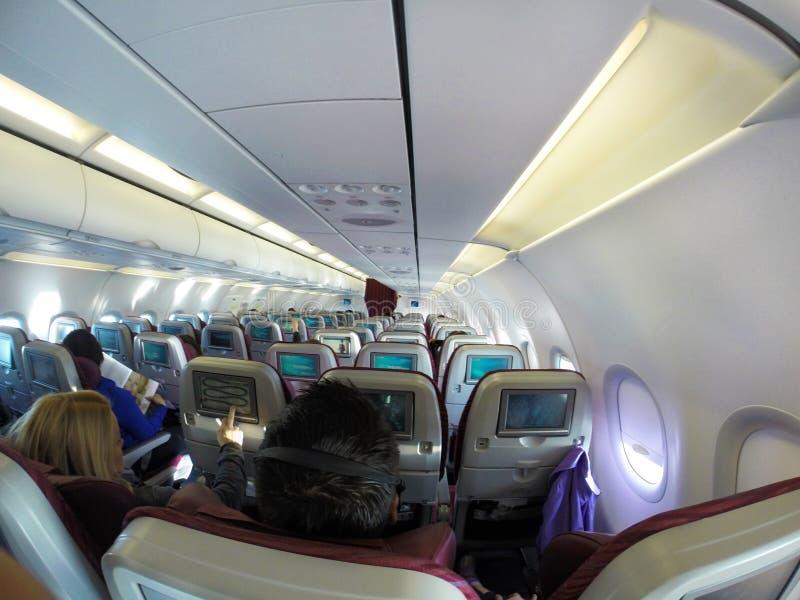 Καμπίνα αεροπλάνων ` s με τους επιβάτες στοκ εικόνα με δικαίωμα ελεύθερης χρήσης