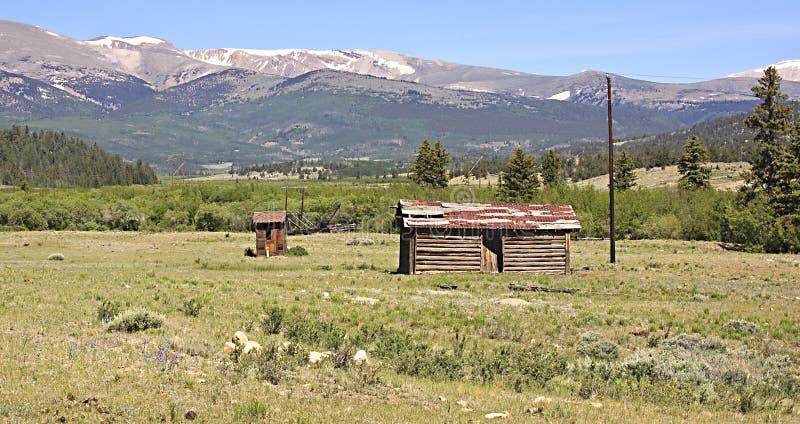 Καμπίνα και outhouse κούτσουρων στοκ φωτογραφία με δικαίωμα ελεύθερης χρήσης