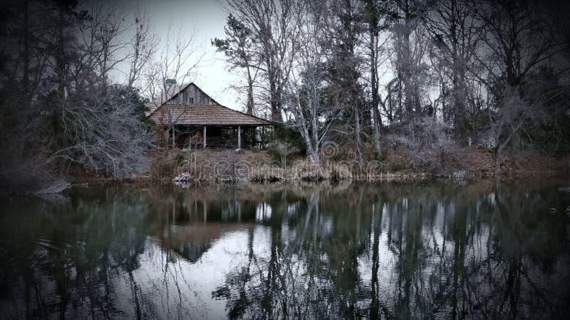 Καμπίνα λιμνών του Τέξας στη νεφελώδη χειμερινή σκηνή στοκ εικόνες