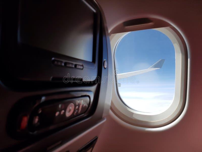 Καμπίνα με τα όργανα ελέγχου LCD με τον τηλεχειρισμό Εσωτερικό επιβατών αεροπλάνου Γρήγορο και άνετο ταξίδι Το όργανο ελέγχου ως  στοκ φωτογραφίες