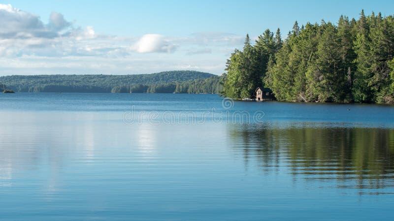 Καμπίνα σε μια λίμνη Algonquin στο επαρχιακό πάρκο στοκ φωτογραφία με δικαίωμα ελεύθερης χρήσης