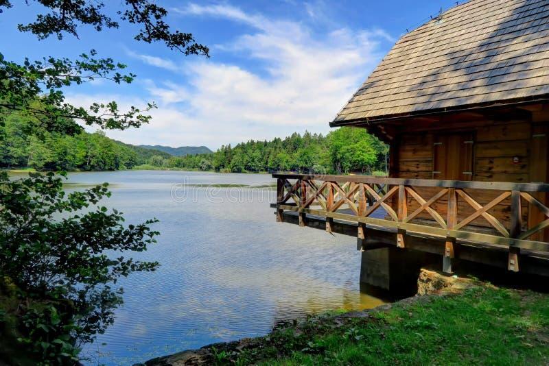 Καμπίνα στη λίμνη Trakoscan στη βόρεια Κροατία στοκ φωτογραφία