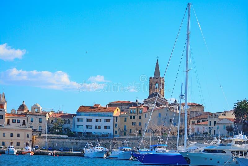 Καμπαναριό Alghero που βλέπει από το λιμάνι στοκ εικόνα