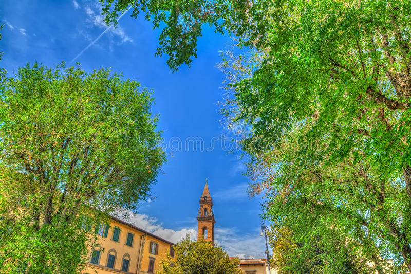 Καμπαναριό Spirito Santo που βλέπει μέσω των πράσινων δέντρων στοκ φωτογραφία με δικαίωμα ελεύθερης χρήσης