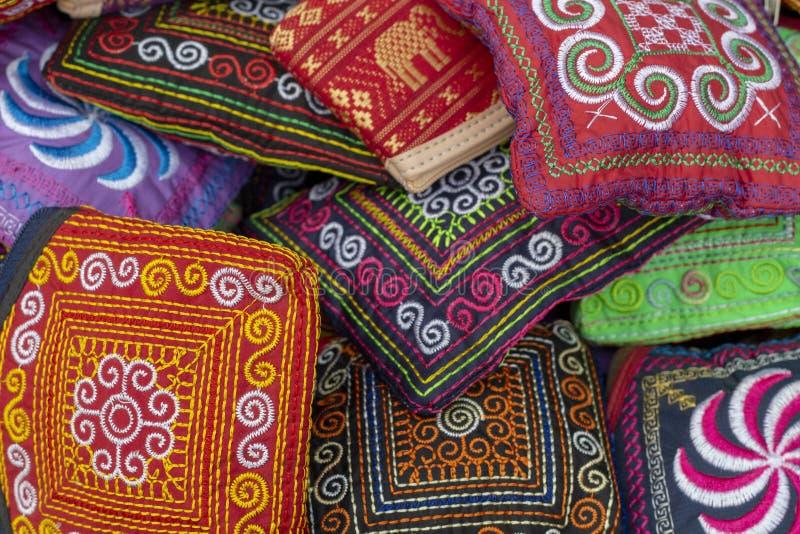 Καμποτζιανό παραδοσιακό κλωστοϋφαντουργικό προϊόν Απλή εγγενής διακόσμηση που ράβεται στο σκοτεινό υπόβαθρο Ζωηρόχρωμη σύσταση κε στοκ εικόνες