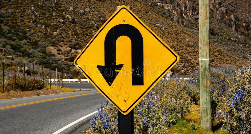 Καμπύλη προσοχής προειδοποίησης σημαδιών u-στροφής στοκ εικόνα με δικαίωμα ελεύθερης χρήσης
